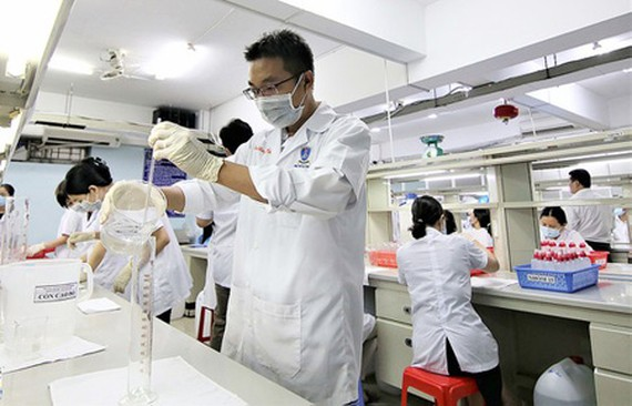 Nguyen Tat Thanh University is creating instant hand sanitizer. (Photo: SGGP)