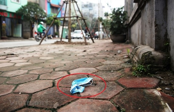A discarded face mask on the street in Hanoi. — VNA/VNS Photo