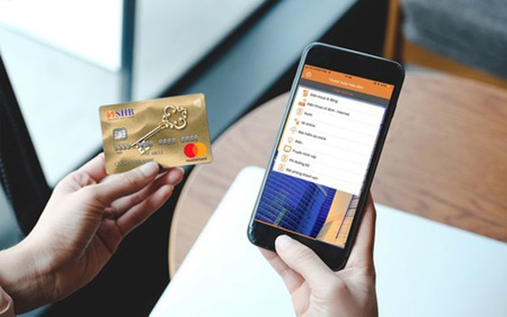 Many banks are offering free service fee for transactions via Mobile banking, Internet banking to encourage e-payment. (Photo: SGGP)