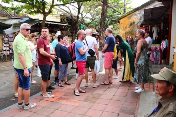 Foreign tourists visit Hoi An ancient city in central Quang Nam province (Photo: VNA)