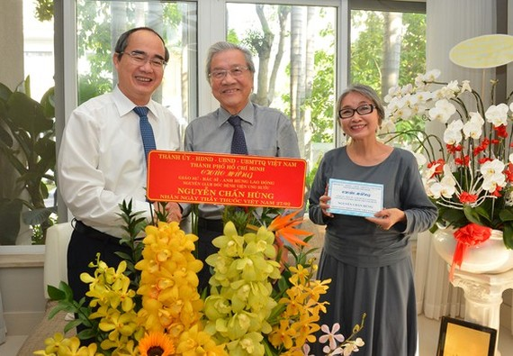 Mr. Nhan congratulates former Director of Tumor Hospital Professor Nguyen Chan Hung (Photo: SGGP)
