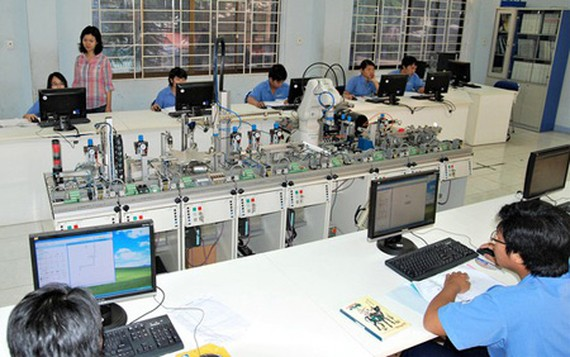 Students in the Electrical – Electronic Engineering Department of Cao Thang Technical College in their practice session. (Photo: SGGP)