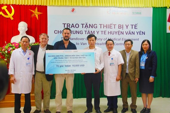 Medical equipment is handed over to the healthcare centre of Van Yen district, Yen Bai province, on February 28 (Photo: VNA)