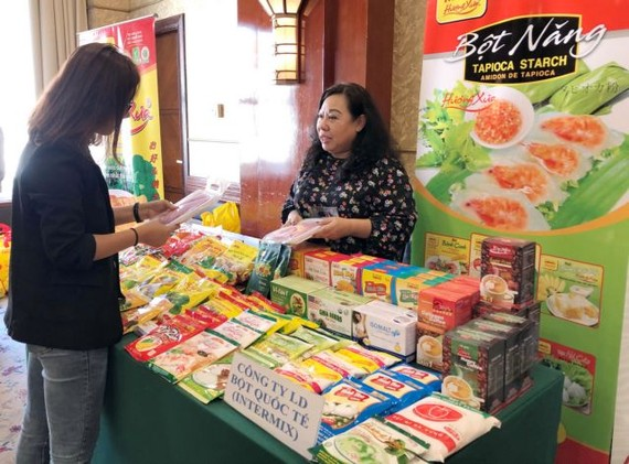 Huynh Kim Chi, chairwoman of the Vietnam Flour Corporation, introduces the company's fresh dragon fruit noodles to customer on the sidelines of a conference held in HCM City last week. — VNS Photo