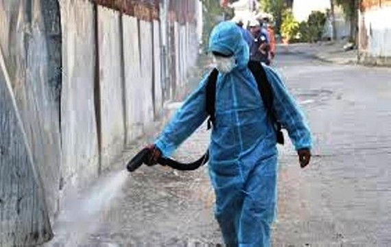 A medical worker sprays chemical to disinfect a residential quarter in Hai Phong City (Photo: SGGP)