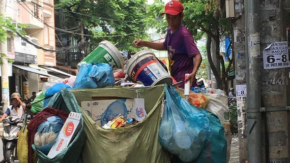 HCMC will fine trucks carrying solid waste unsanitarily (Photo: SGGP)