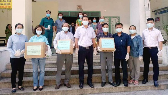 HCMC Vietnam Fatherland Front Committee encourages people in lockdown dorm (Photo: SGGP)