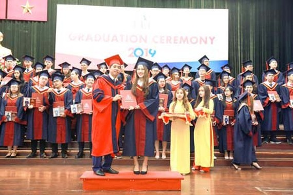 Delivering undergraduate degrees to students of the Ho Chi Minh City University of Economics & Finance (Photo: SGGP)