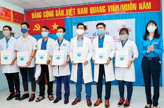 Young medicine students, doctors in HCMC volunteer to Covid-19 prevention work