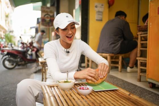 Miss Universe Vietnam 2017 H'Hen Nie  has banh mi at the first banh mi shop (Photo: SGGP)