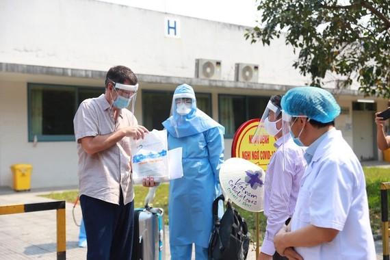 Briton man checks his essential document before leaving the hospital (Photo: SGGP)