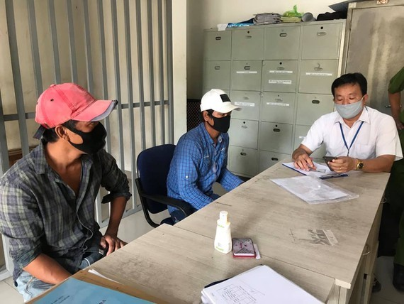 Two men fined for not wearing masks in public in HCMC