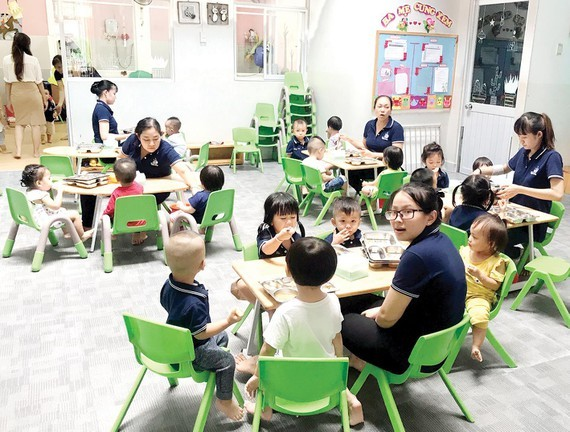 The city Labor Union gives gifts to 140 preschool teachers and laborers with financial hardship (Photo: SGGP)