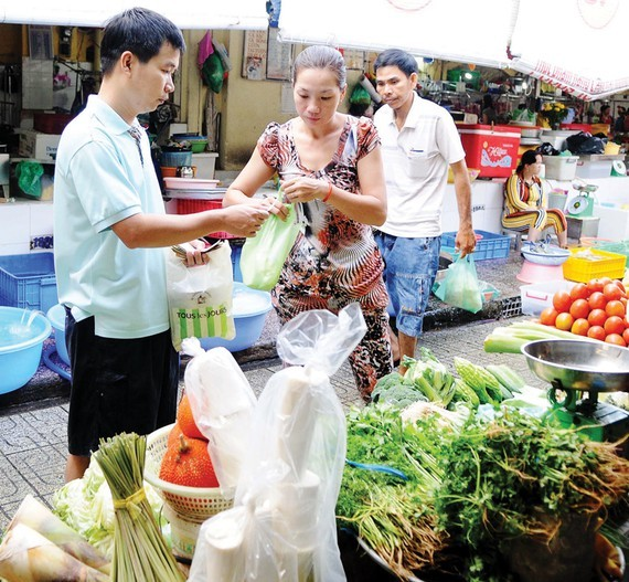 Traders in traditional markets must reduce non-biodegradable plastic bags (Photo: SGGP)