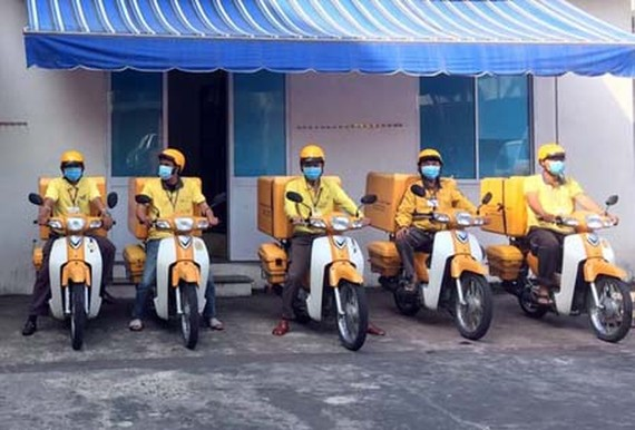 Vietnam Post maintains its postal parcel transport and delivery service in the Covid-19 pandemic. (Photo: SGGP)