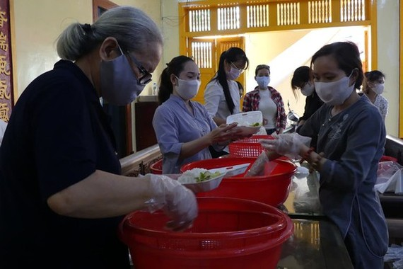Women join hand to cook free meals for poor laborers (Photo: SGGP)
