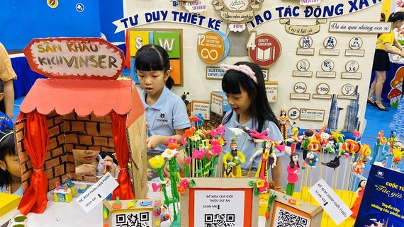 """Second graders in Vinschool Central Park in Binh Thanh District display toy figurines in the project """" Xin chao, chung to la to he"""" (Photo: SGGP)"""