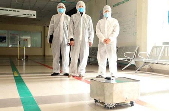 Robot NaRoVid 1 is being piloted in the National Hospital for Tropical Diseases – Kim Chung facility. (Photo: MOST)