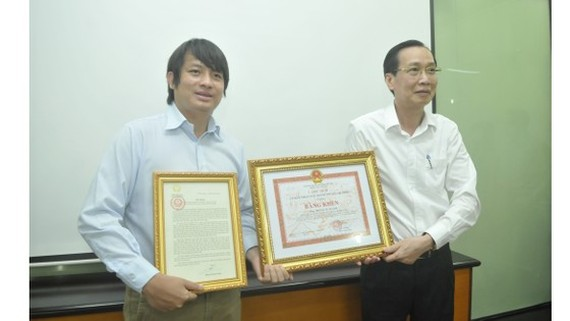 Entrepreneur Hoang Tuan Anh receives a letter of merit and a certificate of merit for his helpful invention (Photo: SGGP)
