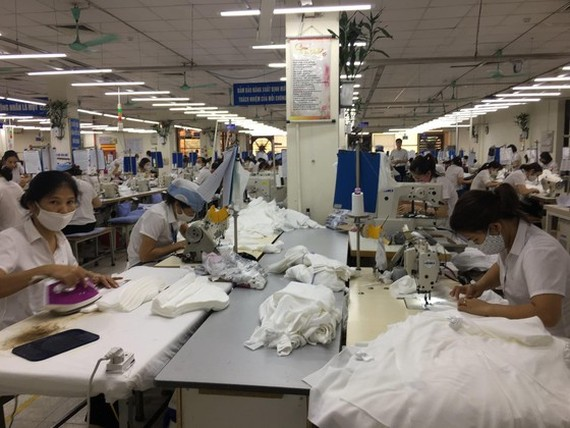 Workers are making cloth face masks (Photo: SGGP)