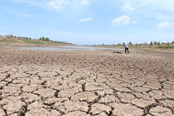 The Kenh Lap Reservoir in Ben Tre province's Ba Tri district is drying up because of the impact of drought and saltwater intrusion (Photo: VNA)