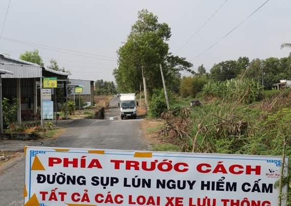 A poster warns of subsidence and erosion ahead (Photo: SGGP)