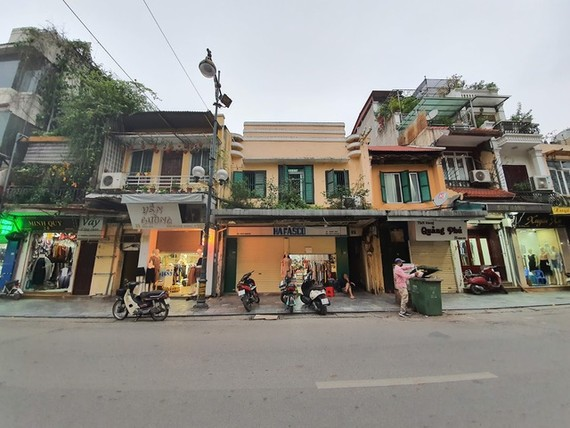 Landlords with properties on the streets of Hang Ngang, Hang Dao and Hang Gai have had to cut rents to attract tenants.— Photo dantri.com.vn