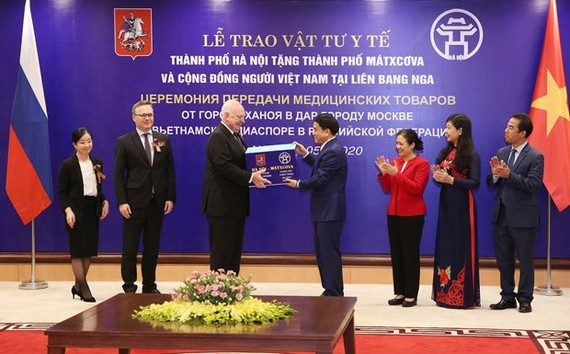 Chairman of the Hanoi People's Committee Nguyen Duc Chung (fourth, right) presents the medical supplies to Russian Ambassador to Vietnam Konstantin Vnukov on May 12 (Photo: VNA)
