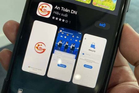 The app 'An Toan DN' helps businesses to self-evaluate Covid-19 safety status. (Photo: SGGP)