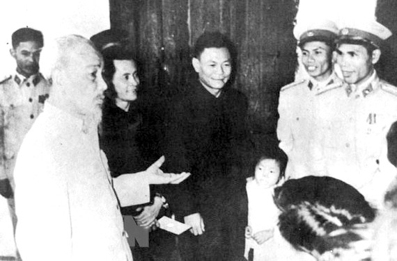 President Ho Chi Minh visits a police unit in Hoan Kiem District, Hanoi on the first day of Lunar New Year in 1963. VNA/VNS File Photo