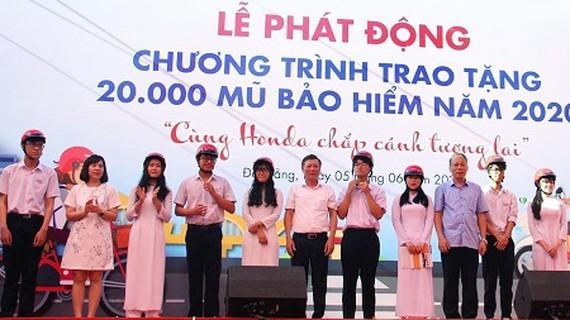 At the helmet-handover ceremony (Photo: SGGP)