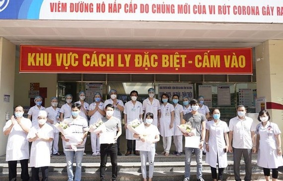COVID-19 patients are discharged from hospital (Photo: VNA)