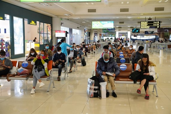 """Passengers waiting for flights at Noi Bai International Airport. Vietnam is considering reopening commercial flights from """"safe"""" areas. — VNA/VNS Photo"""
