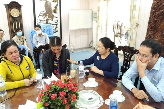 Vice Secretary of the Ho Chi Minh City Party Committee Vo Thi Dung shares the loss with bereaved relatives (Photo: SGGP)