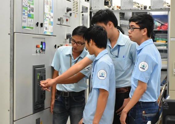 Students of HCMC University of Technology and Education are practicing (Photo: SGGP)