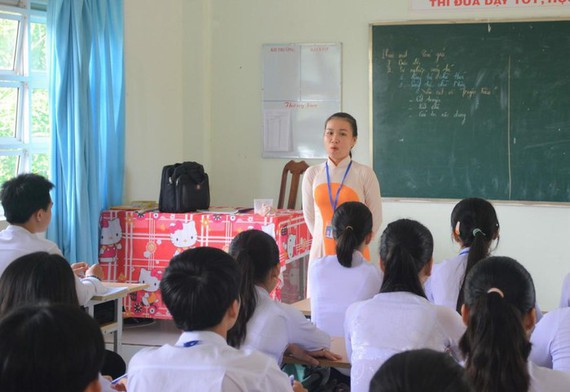 teacher Huynh Son Ca of Vo Thi Hong Senior High School is giving lesson (Photo: SGGP)