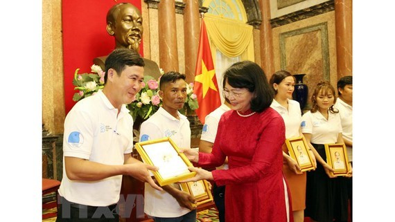 Vice President Dang Thi Ngoc Thinh meets outstanding young families (Photo: VNA)