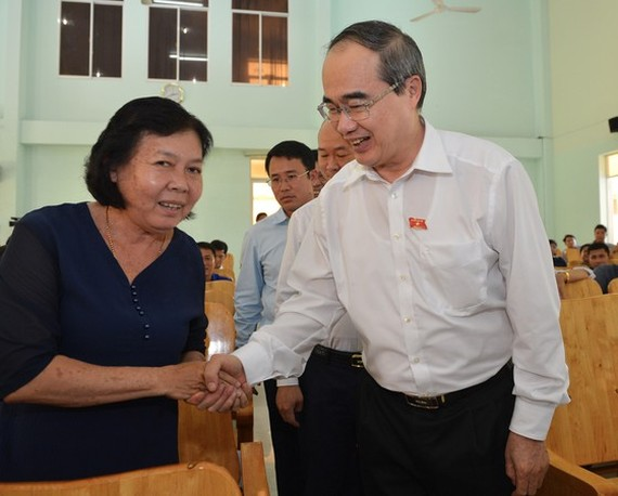 Mr. Nhan shakes hand with a voter (PHoto: SGGP)