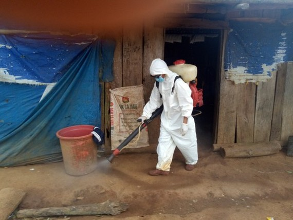 Disinfectants were sprayed in the areas where outbreak of diphtheria occurred and famileis with children (Photo: SGGP)