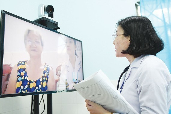 A doctor at Go vap Hospital is providing online consultation to an elderly patient (Photo: SGGP)