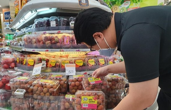 Vietnamese lychee has been officially put up for sale in Singapore's FairPrice supermarket chain. (Photo: VNA)