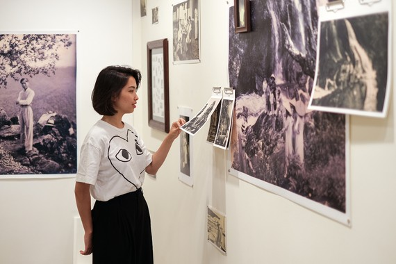 At an art exhibition (Photo: Courtesy of British Council)