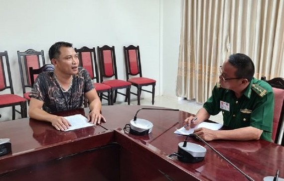 Nguyen Van Loi who hides in a fridge in a truck is at border guard station (Photo: SGGP)