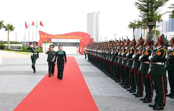 National Assembly Chairwoman Nguyen Thi Kim Ngan reviewed an honored army parade at the Head Office of Viettel. (Photo: SGGP)