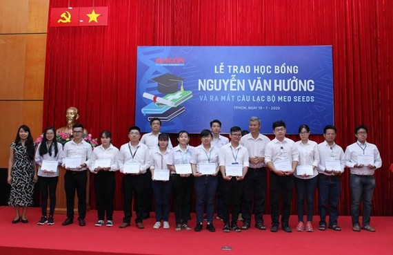 56 outstanding medicine students given Nguyen Van Huong scholarships