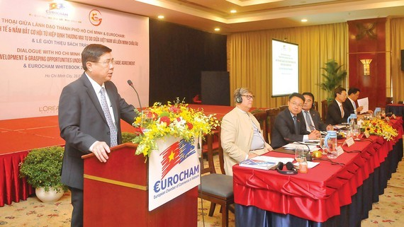 Chairman Phong promised that Ho Chi Minh City  leaders will accompany with enterprises (Photo: SGGP)