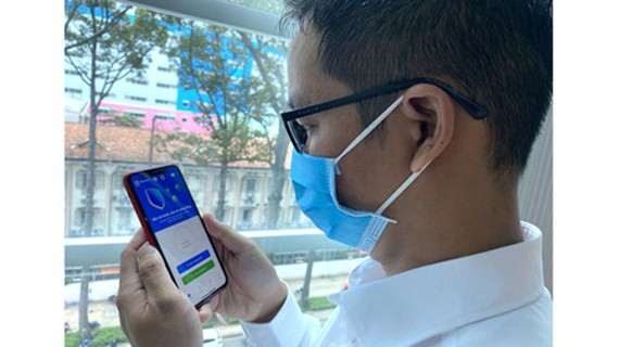 Wearing face mask and using Bluezone are two effective methods to prevent the spread of Covid-19 pandemic in the community at the moment. (Photo: SGGP)