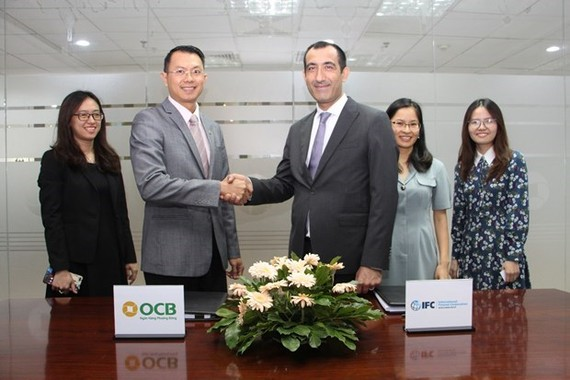 Representatives of IFC and OCB at the signing of the loan agreement (Photo: VNA)