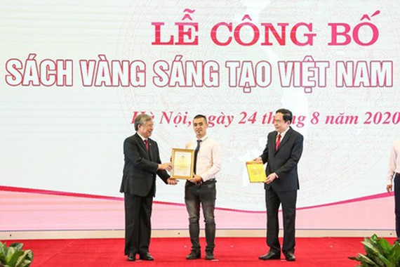 Politburo member and Permanent member of the Secretariat Tran Quoc Vuong and President of Vietnam Fatherland Front Central Committee Tran Thanh Man delivered the certificate of Vietnam Yellow Book of Innovation 2020 for honored people. (Photo: SGGP)