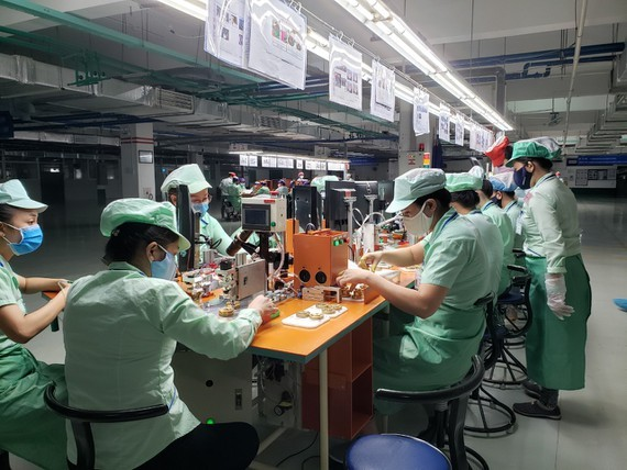 Workers in a firm in an industrial park  (Photo: SGGP)